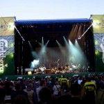 Banery koncertowe na siatkach przepuszczalnych dźwięk.