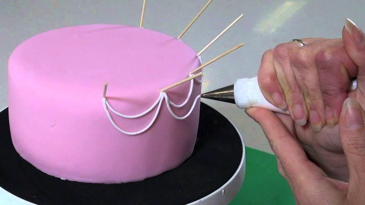 Leer in deze video workshop hoe je een taart kunt decoreren met Royal Icing. Er wordt stap voor stap uitgelegd hoe je een mooi boogjes patroon op de taart kunt spuiten. Met de FunCakes mix voor Royal Icing maak je de perfecte icing, die je aanbrengt met een spuitmondje en een spuitzak.