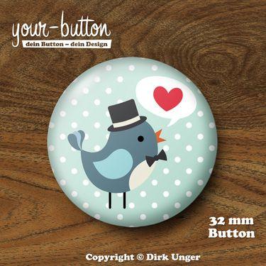 Button »Bräutigam« Vogelhochzeit 32 mm   Button mit einem niedlichen kleinen Vögelchen als Bräutigam mit Zylinder und Fliege  1 Button, Button-Größe = 32 mm  Unsere Buttons werden von Hand hergestellt und mit viel Liebe zum Detail verarbeitet und verschickt.  Auch erhältlich mit einem Braut-Vögelchen und als Button-Set für den JGA - wirf einen Blick in unseren Shop!
