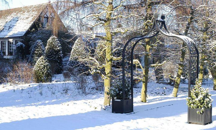 Im Kreis-Lehrgarten Steinfurt (Münsterland) markiert der Viktorianische Metall-Bogen 'Brighton' mit Pflanz-Kübel von Classic Garden Elements den Eingang zum Obstgarten.