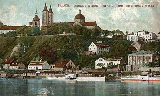 Kolorowana pocztówka z początku XX wieku. Widać na niej domki pod katedrą. Trzeci z lewej, ten zaraz pod wieżami katedry, stoi na ziemi, która wróciła do prawowitych właścicieli