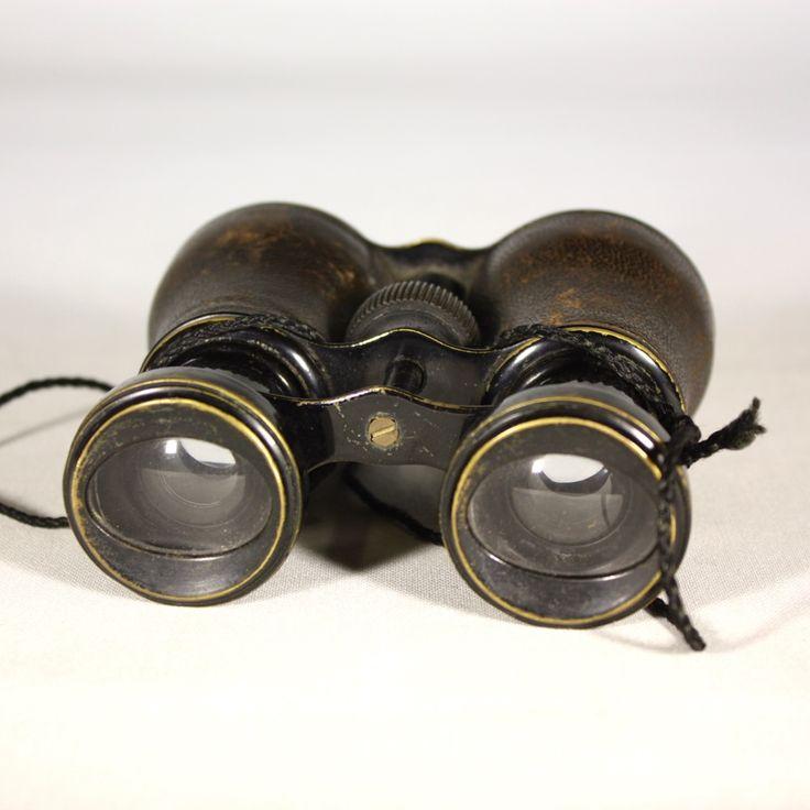 Paire de jumelles des années 50 breveté SGDG, c'est à dire, sans garantie du gouvernement.  Cette mention légale, disparue en 1968, en France dégageait l'Etat de toute responsabilité sur le bon fonctionnement effectif du dispositif breveté.  Les jumelles sont en bon état de fonctionnement et les verres sans rayures. A noter que le cuir est légèrement marqué.   DIMENSIONS :  Largeur : 12 cm Hauteur : 12 cm Diamètre de l'objectif : 5,5 cm Diamètre de l'oculaire : 4,5 cm