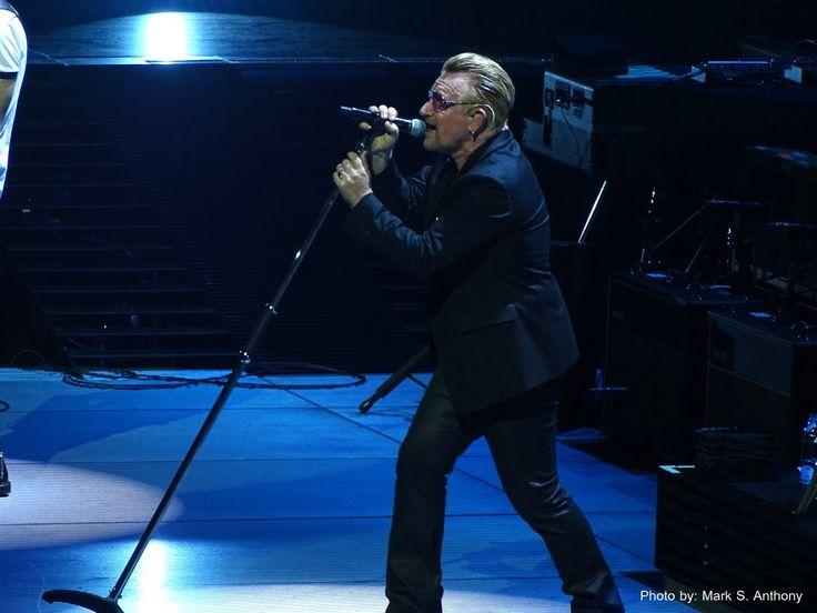 """La sorpresa de Bono, cantante del grupo U2, al comprobar que un imitador es capaz de sacar adelante el difícil tema """"Sweetest Thing"""" en Los Angeles Forum 05-26-2015"""