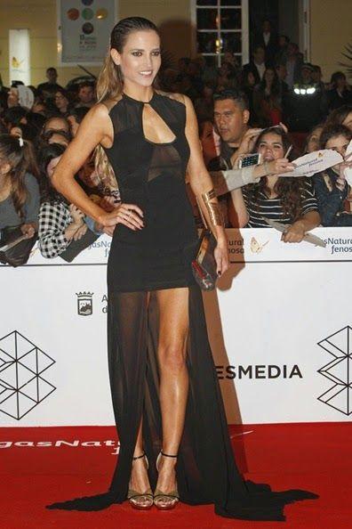 De la Gala Inaugural Festival de Malaga: Ana Fernandez. Con un espectacular vestido negro con transparencias de Juanjo Oliva Primavera 2014. El clutch y los zapatos son de Jimmy Choo.