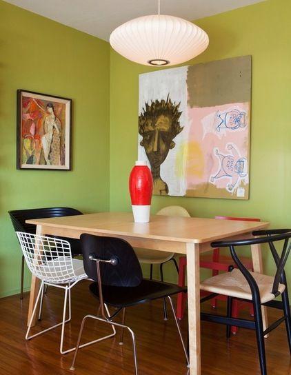 Quem disse que as cadeiras da mesa de jantar precisam precisam ser iguais? Neste caso elas são todas diferentes e ainda assim se complementam! (via houzz.com)