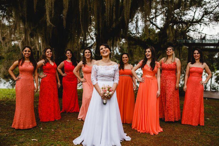 Madrinhas de casamento usando vestidos em tons de laranja