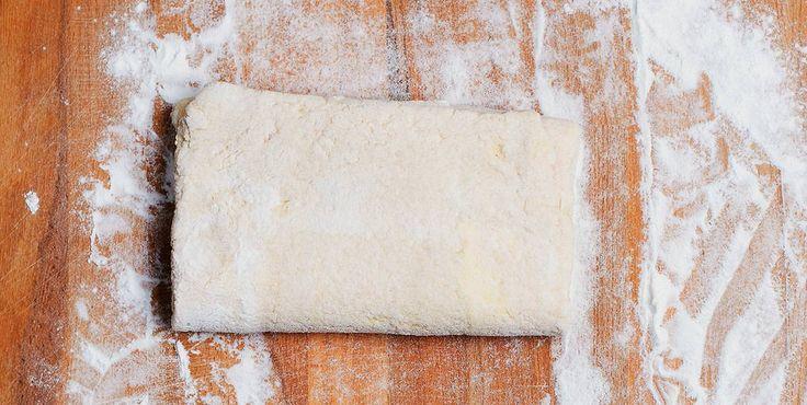 Smördeg utan gluten. Det här är ingen klassisk smördeg eftersom den innehåller jäst. Degen passar utmärkt till piroger, små pajer och hemgjorda krustader.
