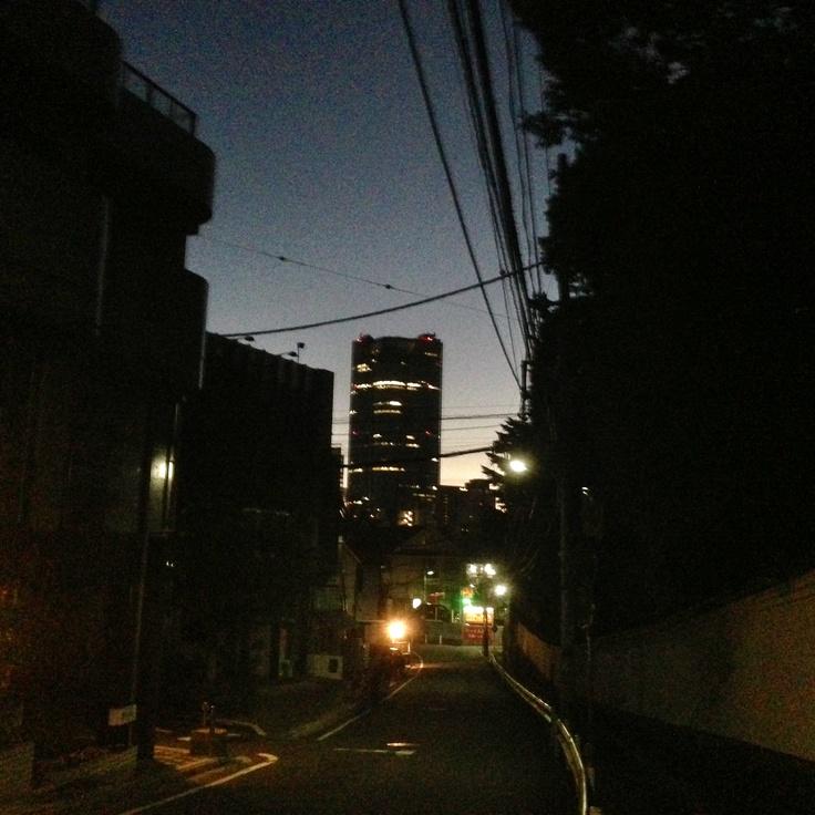 2012/12/27 Photo Diary  年末モードで、早朝からWorkingへ。 朝5時台、遠くに見える、六本木ヒルズが不夜城のように。  Go to work early morning.
