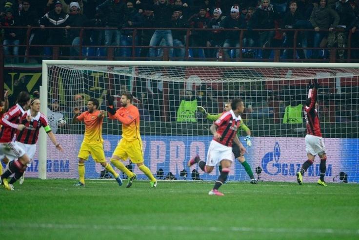 """Milán 2-0 FC Barcelona   El gol del Milan (1-0) en jugada """"sucia"""". [20.02.13]"""