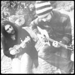 Három kitűnő költői zenei projekt egy kellemes estén a víz felett a madarak társaságában, egyáltalán, remek hangulatban, jó társaságban. A Kaldera 2012-ben alakult, gyermekkori barátságból átlényegült akusztikus duett, valahol a az északi vadon és a déli országutak közti vidékről. Útszéli folk muzsika introvertált hangulatok párbeszéde gitárral és énekkel. Ha Te azt mondod, blues, mi azt mondjuk grunge. Ha Te azt mondod, grunge, mi azt mondjuk folk.