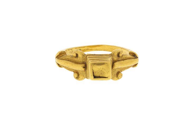 Lot : Bague romaine en or à décor de pyramide à degrés encadrées de 2.. | Dans la vente Archéologie à Hôtel des Ventes de Genève est. 400-600 Francs suisses