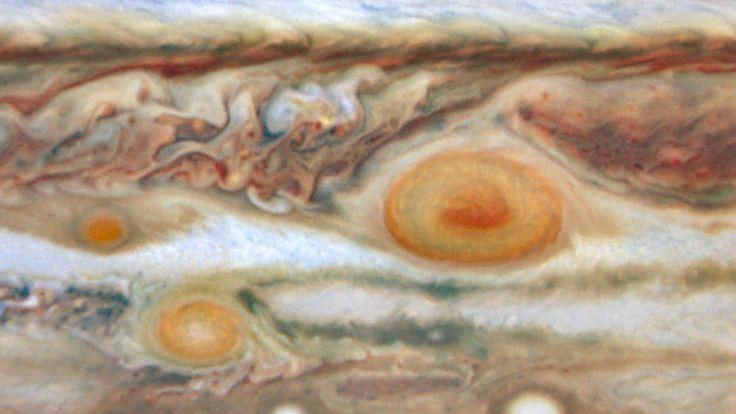 Não é nenhum tipo de obra de arte retratando um ovo frito surrealista esta curiosa imagem capturada pelo Hubble mostra um ponto vermelho que surgiu em Júpiter.