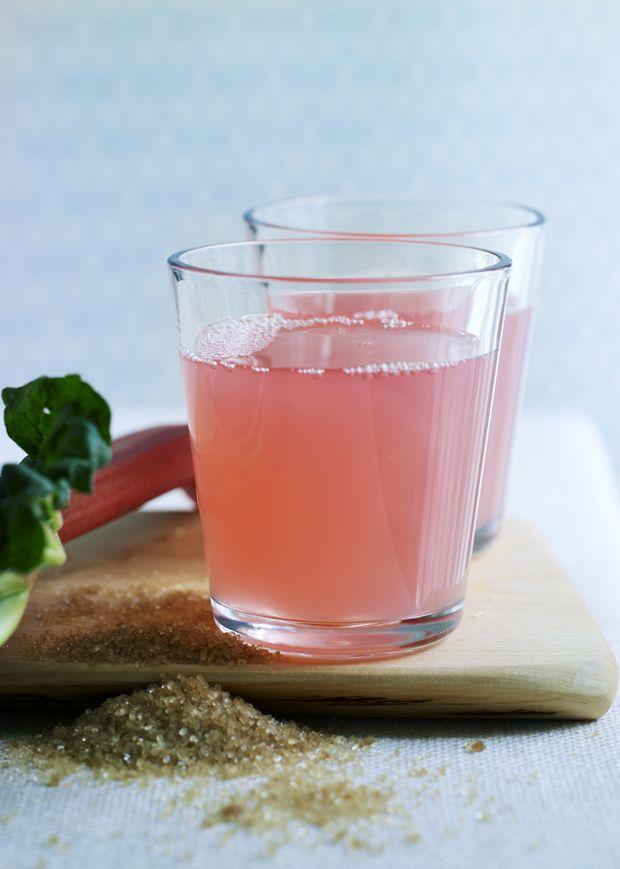 Rabarber kan bruges til rigtig mange ting. Her får du en opskrift på rabarbersaft, der er en skøn og frisk drik til de lune forårsaftener.