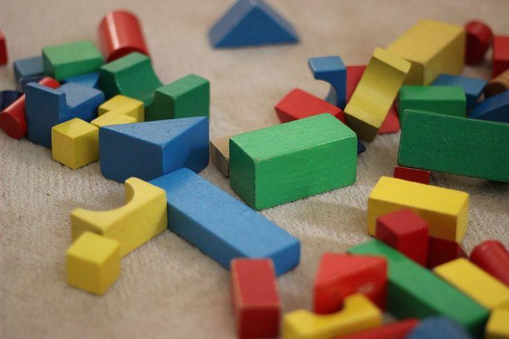 Bałagan w pokoju dziecka to zjawisko, które zna doskonale każdy rodzic. Dla wielu codzienne  sprzątanie porozrzucanych zabawek stanowi syzyfową pracę.
