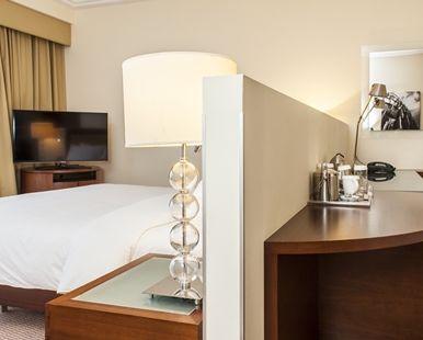 lit king size dans la chambre king hilton deluxe plus de lhtel hilton warsaw - Chambre Lit King Size