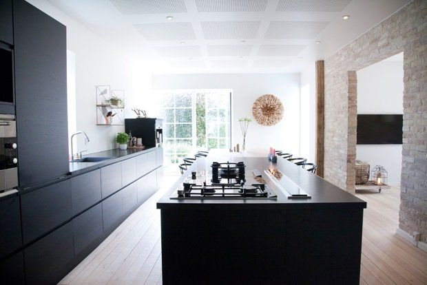 Køkken fra JKE design- sortbejdset egetræs køkken