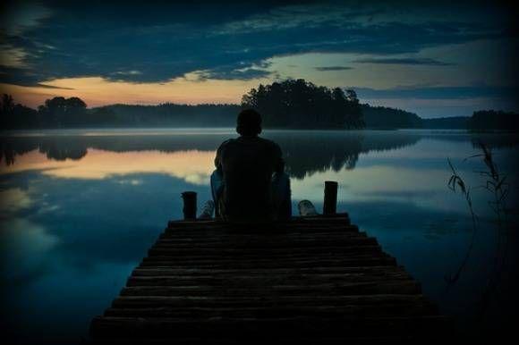 Mi siedo per aspettarti, mi sedo per non aspettarmi nulla, e cedo all'idea di non vederti arrivare, e credo di aver perso tutto quando ho deciso di non chiedere, di chiudere la porta e non im…