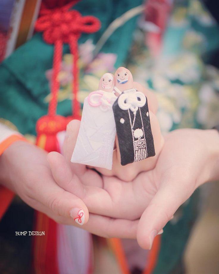 #名古屋ロケーション前撮り . . 新郎新婦さんは緑の色打掛にお色直ししました . けど . 手のひらの小さな新郎新婦さんは白無垢姿っ .  . . #あーかわいい #東京あたりの何とかいう神社で買えるらしい #ネイルは神社では売ってません笑 . #結婚写真 #花嫁 #プレ花嫁 #卒花 #結婚式 #結婚準備 #ロケーション前撮り #カメラマン #ウェディング #前撮り #結婚式前撮り #写真家 #ゼクシィ #名古屋花嫁 #和装前撮り #持ち込みカメラマン #ウェディングフォト #2017春婚 #結婚式レポ #アサダユウスケ #赤いカメラ #日本中のプレ花嫁さんと繋がりたい #日本中の卒花嫁さんと繋がりたい #ウェディングニュース  #weddingphoto #バンプデザイン