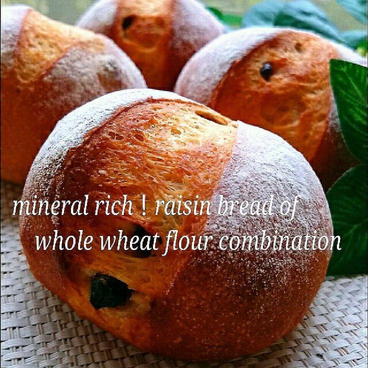 今までぶどうパンもたくさん作って来ましたが、今回は『軽くてソフト❤』を目指して、全粒粉とバターを配合した、可愛いぶどうパンを焼きました❤  準強力粉を使い(リスドォル使用)、全粒粉をミックスさせて、もっちりと香ばしさを… バターを少量加えることで生地にやわらかさが出ました❗砂糖は極少量で…「The ケンコー❤」  いつものぶどうパンより、ふんわり軽い食感です🎵  ぶどうは湯通ししたあと、水気をしっかり切って、捏ね上がった生地に混ぜ込みます。 ぶどうを潰さないようにすると、みずみずしいぶどうの食感が楽しめると思います🍀  クープは1本だけ入れて、少し幅広のランダムクープに…✨お好みで楽しんでくださいね🎵   少しのバターを入れてある生地なので、軽くてふぁっふわなこのぶどうパン、食べやすくておすすめで~す❤  冷たい牛乳と一緒に食べませんか?❤  🍀もし、お手元に準強力粉がない場合は、「強力粉100㌘」+「薄力粉70㌘」で代用可能です❤🍀