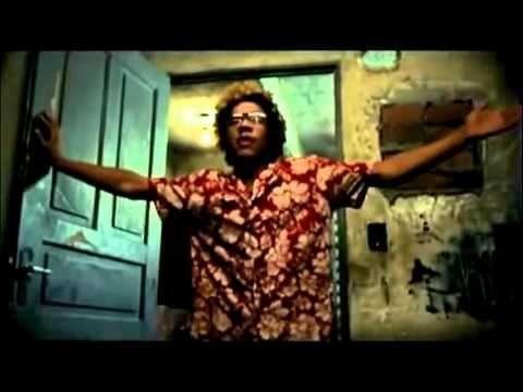 Cidade de Deus (2002) / Diretor: Fernando Meirelles, Kátia Lund / País: Brasil / Trailer /  Buscapé é um jovem pobre, negro e muito sensível, que cresce em um universo de muita violência, Cidade de Deus, favela carioca. Amedrontado com a possibilidade de se tornar um bandido, Buscapé acaba sendo salvo de seu destino por causa de seu talento como fotógrafo, o qual permite que siga carreira na profissão. É através de sua câmera que Buscapé analisa o dia-a-dia da favela onde vive.
