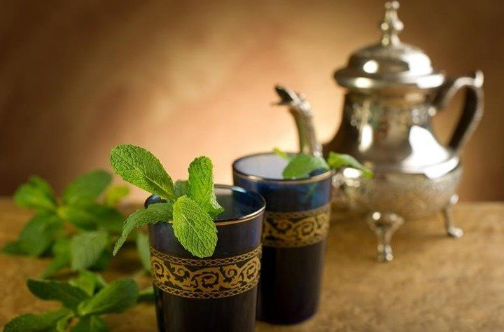 El té marroquí consiste en un delicioso té verde aromatizado con menta, el cual se consume de forma muy habitual en Marruecos. Te explicamos cómo hacerlo tu mismo en casa con 2 recetas fáciles.