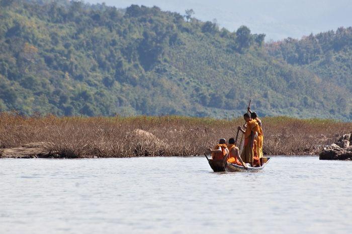 På denne rundrejse fra nord til syd, vil I flyde ned af Mekong og opleve livet langs floden, udforske Luang Prabang og dens templer, markeder og vandfald. I Vang Vieng får I mulighed for at nyde de smukke omgivelser, før I udforsker templer, kalkstenshuler og Buddha statuer i hovedstaden Vientiane. Den sidste del af turen bringer jer til det sydlige Laos, hvor I besøger lokale stammer, vandfald, beskyttede national parker, Bolaven plateauet, rider på elefanter og spotter Irrawady delfiner.