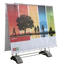 www.displaystore.de #outdoor #Horizon  Unser größtes #Banner-#System für den #Außenbereich (doppelseitig).    Die beiden Standfüße aus Kunststoff können mit Wasser oder Sand befüllt werden und garantieren so eine hohe Standfestigkeit.    Die beiden Banner, die mit Ösen versehen sind, werden am System oben und unten gespannt.