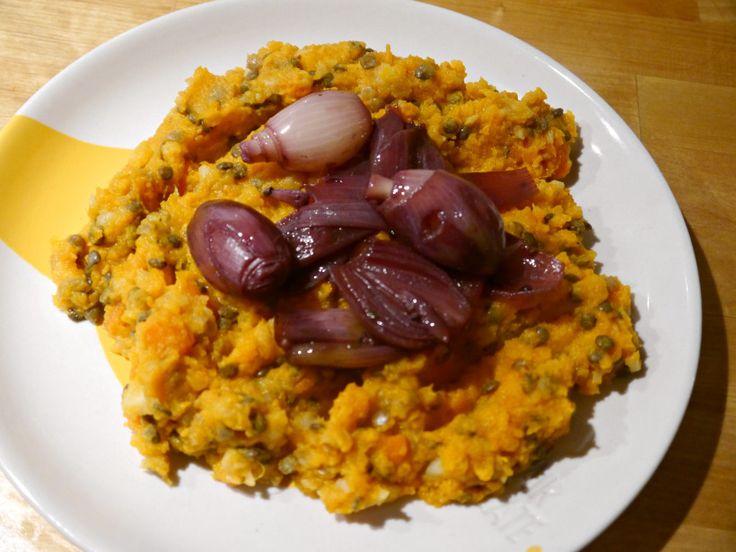Deze stamppot van Yotam Ottolenghi is gemaakt van wortel, knolselderij, pompoen en zoete aardappel, met daar doorheen Puy-linzen, en wordt gecombineerd met sjalotjes die een uurtje in rode wijn hebben gestoofd. Het recept komt uit het kookboek Plenty more.