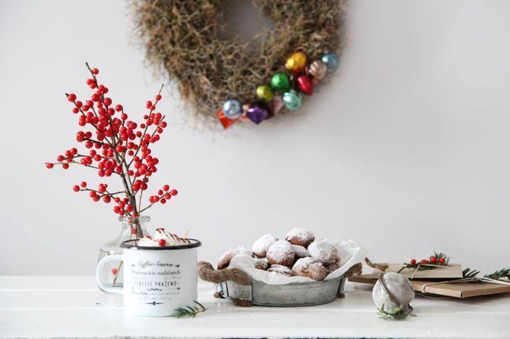 В Чехии существует такая прекрасная традиция, как выпечка рождественского печенья. Так называемые «цукрови» разной формы: пряные, ванильные, с начинкой и без. А, вот, во Франции пекут прянички, они тоже маленькие, бывают круглые и в форме месяца. Этим рецептом с нами и поделилась сегодня Мария.