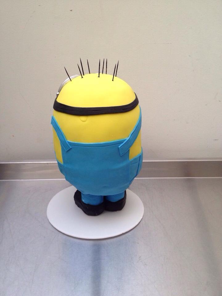 Torta de Minion Kevin de espalda.