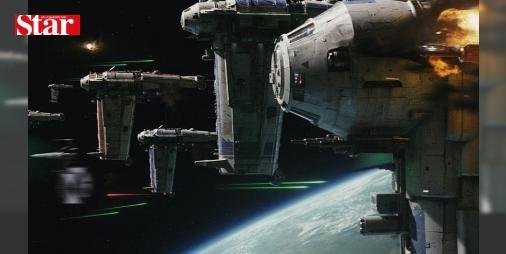 """Star Wars 9. bölümünün yönetmeni belli oldu: 2015'te vizyona giren ve serinin 7. bölümü olan """"Star Wars: Güç Uyanıyor"""" filminin yönetmeni J.J. Abrams 9. bölümü de yönetecek."""