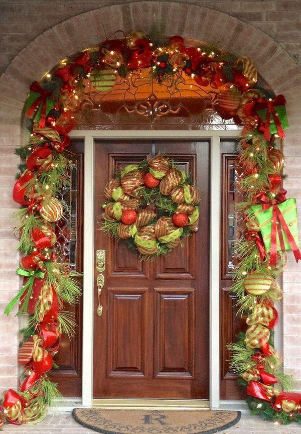 Puerta de entrada decorada para #Navidad en rojo y verde