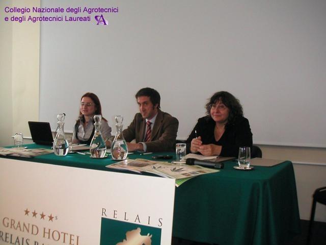 Da sinistra: la redattrice della rivista l'Agrotecnico Oggi Antonella Falco, il moderatore del convegno Dott. Mario Barone, l'Assessore alle Pari Opportunità e Relazioni Internazionali della Provincia di Torino la Dott.ssa Aurora Tesio.