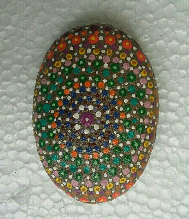 piedra pintada en puntillismo