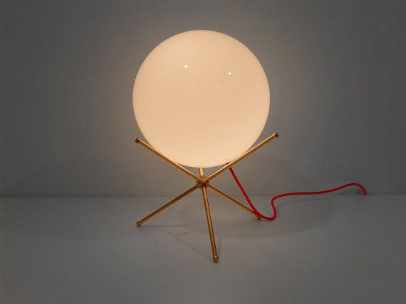 Luna moderno e intramontabile lampada da tavolo con paralume in vetro e ottone. Compito lampada, lampada da scrivania, metà del secolo moderno, lampada in ottone. VENDITA