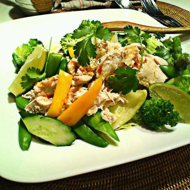 朝食のおいしいレストラン、ビルズのオーナー、ビルグレンジャーのレシピです。パクチーの香りをたっぷり吸わせた鶏ムネ肉がポイント。野菜は好みで何でも良いと思います(´▽`) - 191件のもぐもぐ - サマーチキンサラダ by MakiHiro