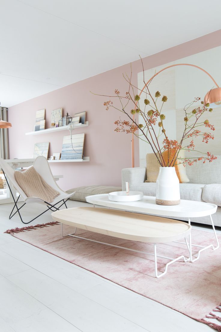 Salon épuré en rose poudré et reflets cuivres, design | Light pink living room…