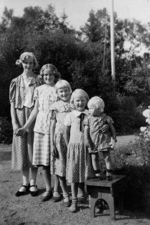 Ett släktled: systrarna Helene, Thora, Inga-Maj, Karin och Birgitta Månsson, Vilgsberg Fotskäl. Foto ca 1938.
