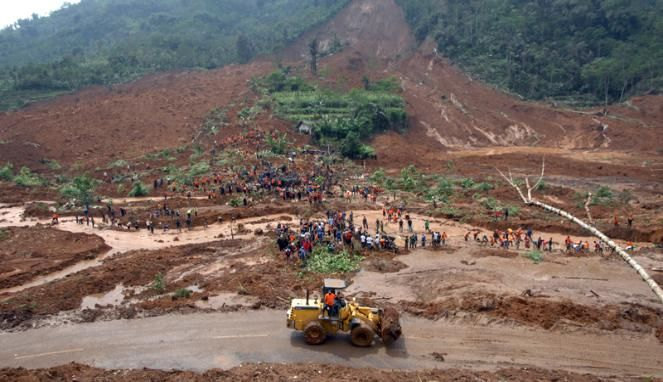Suasana tim SAR gabungan beserta yang sedang mencari warga yang terkena longsor di desa Sampang, Banjarnegara.
