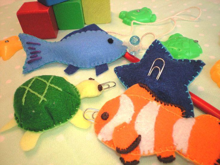 子供のおもちゃに作ってみました。 フェルトのオモチャ第3弾です。 1歳半頃から楽しめます。磁石にピタッとくっつく感じがたまらないようです。 磁石のつり竿があれば、クリップをつけることでお菓子を釣ったり、オモチャを釣ったりして遊ぶことも出来ます。