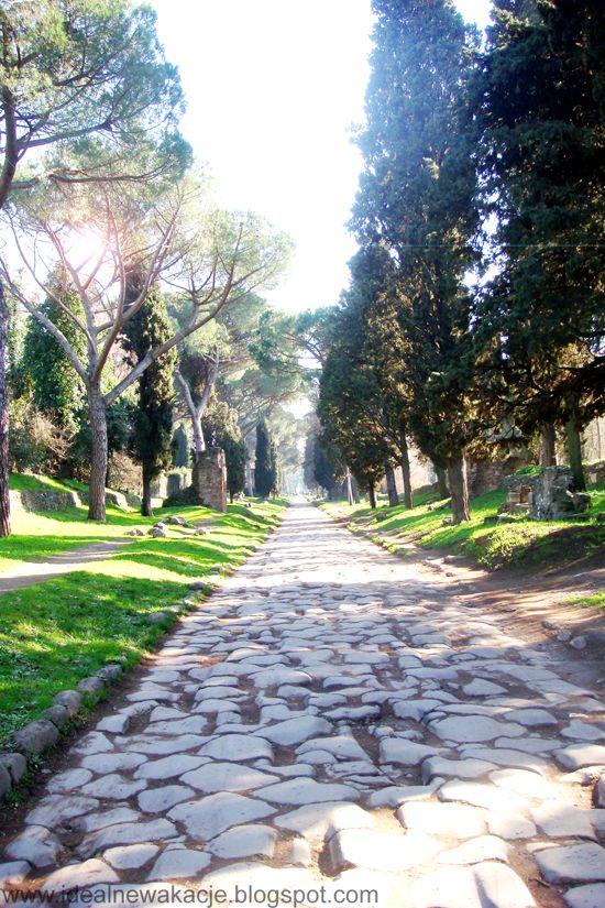 Rzym- Via Appia Antica, po obu stronach widoczne pozostałości grobowców