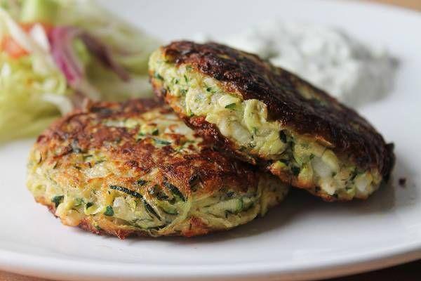 Das Rezept für Zucchinibratlinge mit Tzatziki & andere Rezepte inklusive Schritt für Schritt Anleitungen und Bildern bei was-koche-ich-heute-rezepte.de