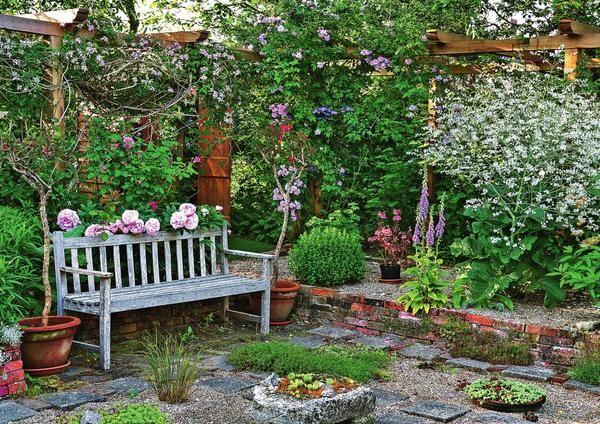 Утопленный сад расположен ниже прилегающей территории участка и отгорожен подпорной стенкой из камня.