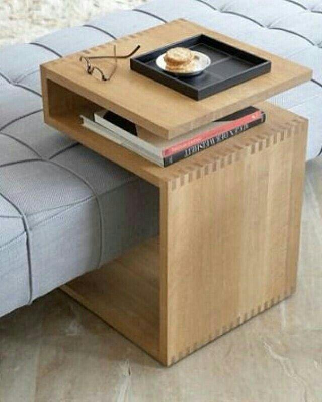 -Lambert Werkstätten - Deposito  C'est une table latérale en forme de z en chêne massif. Conçu comme un complément à un canapé ou à un divan, cette petite table occasionnelle peut devenir un support, rendant deux niveaux parfaits pour tenir un ordinateur portable, des ustensiles d'écriture, un journal ou une boisson. Pour se détendre ou travailler à domicile. Ce petit meuble en zigzag est en chêne, huilé ou teinté de noir, et peut même  tenir seul.