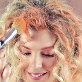 Erfahren Sie, wie Sie die temporäre Haarfarbe mit Lidschatten selbst herstellen. Perfekt für Halloween-Kostüme, schont die Haare besser als Kreiden.