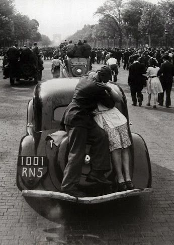 ...:::...The liberation of Paris, 1944, by Robert Doisneau.