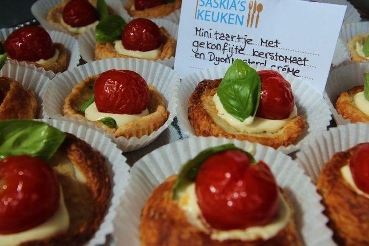 Lekkere borrelhap: bladerdeegtaartje met kerstomaatjes in mosterdsaus. Recept: http://www.slowfoodies.nl/recepten-2/zomerborrelhap/