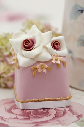 Pink vintage mini cake to mix and match - Rachelles Beautiful Bespoke Cakes