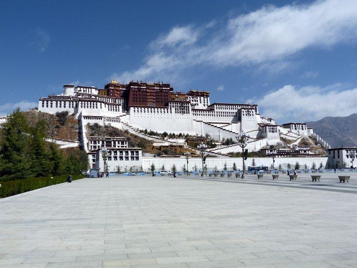 """""""De filmklassieker 'Seven years in Tibet' kun je voelen en beleven in de Tibetaanse hoofdstad Lhasa. Het grote symbool van zowel het land als van de stad staat daar al eeuwenlang majestueus tegen de berg: het Potalapaleis, de winterresidentie van de dalai lama's. Even waan je je in het verleden dat in de film wordt uitgebeeld en Contributor Royan kon niet wachten om bovenop te staan en over de stad en de bergen uit te kijken."""""""
