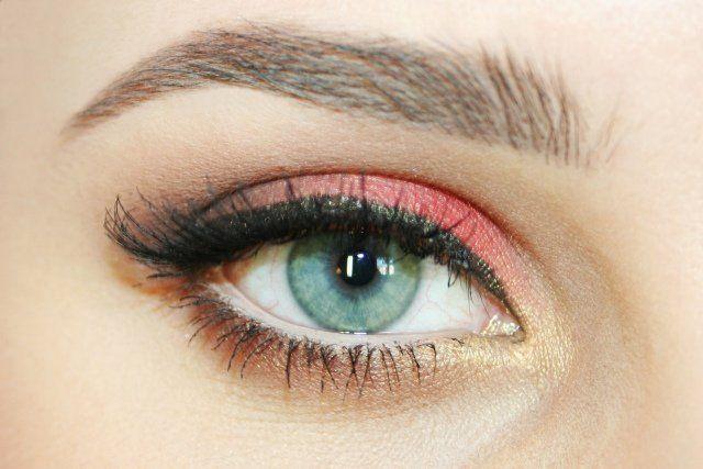 maquillage yeux fards à paupières en corail et or avec eye-liner en noir